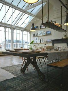 studio vaste avec un toit en verre, murs avec fenetres grandes