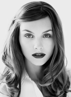 Deep side part and bold lips