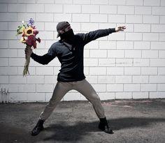 Série fotográfica reproduz os grafites do artista Banksy – BLCKDMNDS