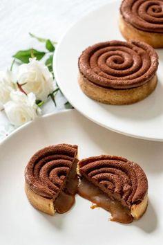 Tartelettes chantilly au chocolat et caramel beurre salé coulant