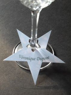 Star place cards, attached to base of wine glass. Christmas Time, Christmas Crafts, Christmas Decorations, Xmas, Table Decorations, Christmas Place Cards, New Years Eve Dinner, New Years Eve Party, Festa Party