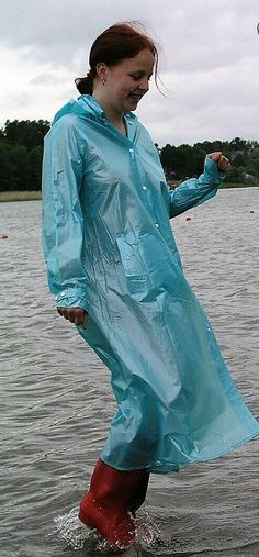 Mit dem Regenmantel im Wasser