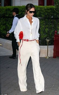 Victoria Beckham looks typically chic in a white blouse in P.- Victoria Beckham looks typically chic in a white blouse in Paris – - Mode Victoria Beckham, Victoria Beckham Outfits, Victoria Beckham Fashion, Victoria Beckham Clothing, Victoria Fashion, Mode Chic, Mode Style, Fashion Mode, Look Fashion
