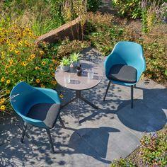De Denver tuinset bestaat uit twee Denver tuinstoelen en een Toledo bistrotafel. Het blad is gemaakt van spraystone en zorgt voor een natuurlijke look. De tuinstoelen bestaan uit een aluminium frame en een kunststof zitting. Outdoor Furniture Sets, Outdoor Decor, Denver, Home Decor, Products, Decoration Home, Room Decor, Home Interior Design, Gadget
