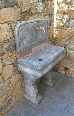 Lavello per esterno in pietra ricostruita, colore antichizzato. Località: Arcola (La Spezia).