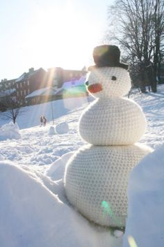 Yarnbombing -- a snowman that will last! Yarn Bombing, Knitting Projects, Crochet Projects, Knitting Humor, Urbane Kunst, Crochet Snowman, Crochet Art, Knit Art, Build A Snowman