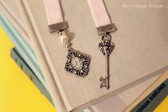 AH HA! a tutorial finally on how to make those spiffy homemade vintage bookmarks! <3