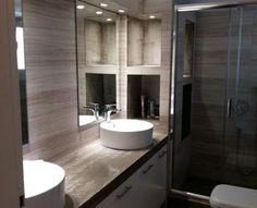 Ανακαίνιση μπάνιου με χτιστό έπιπλο και δυο επικαθήμενους νιπτήρες με σποτάκια πάνω από τους καθρέφτες