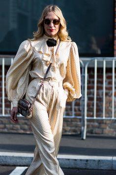 What they're wearing on the streets of Milan this Fashion Week Boho Fashion, Vintage Fashion, Womens Fashion, Vintage Style, Chloe Sevigny Style, Camisa Vintage, Milan Fashion Week Street Style, Dress Up Dolls, Kimono