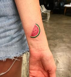 Idées de tatouages pour le poignet : une tranche de pastèque