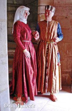 Hochmittelalterliches Adelspaar in Kleidung aus Damast und Seide