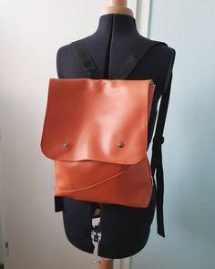 Protože aktuálně nemám ušitého nic nového, sdílím vám něco ze šuplíku 🗄️ koženkový batoh s pruhovanou podšívkou, ze které parádně bolí oči ❤️😁 Šití s koženkou jsem si moc neoblíbila, takže toto je na dlouhou dobu poslední koženkový batoh který jsem ušila 😁 #šití #šiju #šijeme #sicistroj #ceskamoda #sijurada #dnesnosim #sikulka #sikulici #dnessiju #dnestvorim #vyrobenovcesku #czechgirl #sewing #siticko #mojesiti #domacisiti #czechhandmade #ušito #vyrobenoslaskou #rucniprace #vyrobenosrdcem #uk Leather Backpack, Backpacks, Nike, Bags, Fashion, Handbags, Moda, Leather Backpacks, Fashion Styles