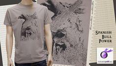 Camiseta taurina con bonita escena del toro bravo en la tranquilidad de la dehesa.  Camiseta hombre manga corta. 100% Algodón 150g/m2. Tapacosturas reforzado en el cuello. Cuello de punto acanalado con elastano. Corte clásico. Serigrafiado en la parte delantera.           Color marrón claro.