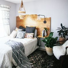 Everythaaaang!!!! //This week we finished our guest room refresh with @anthropologie and I decided I am moving out of my room and into here.Sharing the before and after pics and details of creating the space on the blog (a few DIYs too!). I don't know how long we will here, but we are determined to make the most of the space we call home for now:) Hope you all got a good Sunday snooze today! (Rug by @loloirugs) #IHODHousetoHome #divingin