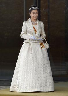 佳子さま、ティアラ姿で初めて「新年祝賀の儀」に出席【画像】 JAPAN-ROYALS-KAKO Japan's Princess Kako, the second daughter of Prince Akishino and Princess Kiko, in full dress leaves the Imperial Palace in Tokyo after meeting with the emperor and empress on December 29, 2014. Kako, a granddaughter of Emperor Akihito and Empress Michiko, celebrated her 20th birthday on December 29. AFP PHOTO / Toru YAMANAKA (Photo credit should read TORU YAMANAKA/AFP/Getty Images)
