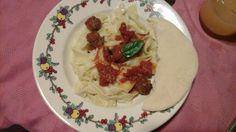 Fideos caseros con salsa de tomate y chorizo ,hoja de albahaca  y pan árabe casero.