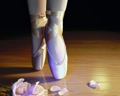 Ballet is the art of dance requiring strength, resilience, elegance and grace all at once. If ballet is fast becoming… Pointe Shoes, Toe Shoes, Ballet Shoes, Dance Shoes, Ballerina Shoes, Ballet Wallpaper, Shoes Wallpaper, Ballet Images, Ballet Beautiful