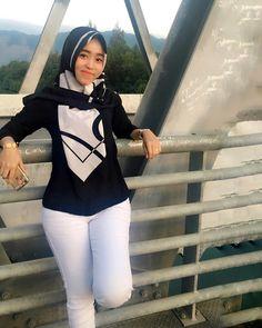 Hijabi Girl, Girl Hijab, Beautiful Muslim Women, Beautiful Asian Girls, Hijab Jeans, Covergirl, Turban, Graphic Sweatshirt, Sweatshirts