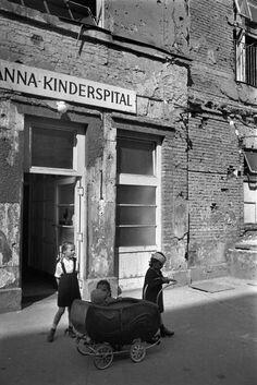 "Los niños de posguerra by David ""Chim"" Seymour Henri Cartier Bresson, Guernica, Candid Photography, Street Photography, Frente Popular, Seymour, Austro Hungarian, David, Japanese American"