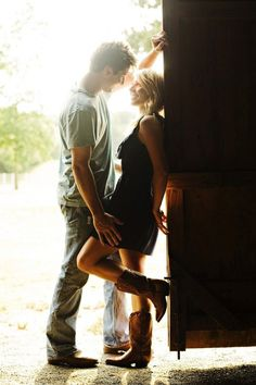 Country Engagement Photos Literally in love with this engagement photo session! These pictures are amazing. Shooting Couple, Shooting Photo, Couple Posing, Couple Photography, Engagement Photography, Photography Poses, Wedding Photography, Foto Casual, Engagement Couple