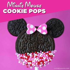 Minnie Mouse Cookie Pops are an easy Disney party dessert made with OREO cookies and free printable Valentine's Day tags. Disney Desserts, Mini Desserts, Apple Desserts, Easy Desserts, Minnie Mouse Birthday Theme, Minnie Mouse Party Decorations, Minnie Mouse Baby Shower, Disney Birthday, Birthday Kids