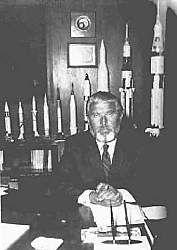 Wernher v. Braun (im Hintergrund Raketenmodelle von  JUPITER bis SATURN V)