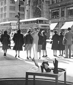 fashion New York Street Vintage Street Fashion, 1940s Fashion, Ny Fashion, Womens Fashion, Fashion Brands, New York Street, New York City, 42nd Street, Guys And Dolls