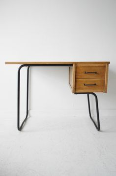 Pierre Guariche 1950s French desk. #pin_it @mundodascasas