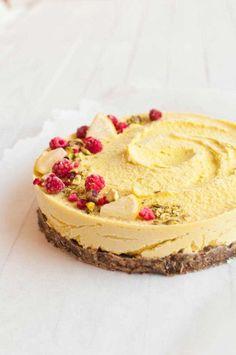 Sitruunaraakakakku on mitä ihanin jälkiruoka, joka sopii kruunaamaan illallisen tai jopa brunssin. Keväisen raikas kakku. #raakakakku #kakku #sitruunakakku #sitruuna
