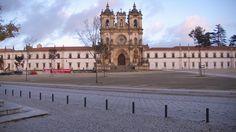 Abadía de Alcobaça (Portugal, siglo XIV). Fue erigida por el rey Pedro I el Cruel como mausoleo para su enterramiento y el de Inés de Castro. Es considerada como una de las siete maravillas de Portugal.