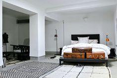 Un amplio dormitorio de estilo noretnic