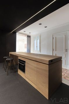 Located in the traditional Barcelona Ensanche area, this apartment shared some typical traditionalaspects such as a long, narrow and partitioned layout from façade to façade with hydraulic tiles flooring,and wall and...