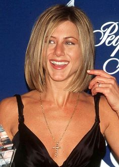 Jennifer Aniston Makeover Hair Moments We're Still Not Over in 2020 Messy Bob Hairstyles, Mom Hairstyles, Medium Length Blonde, Short Blonde, Jennifer Aniston Short Hair, Rachel Green Hair, Rachel Haircut, Bright Blonde Hair, Shave Her Head
