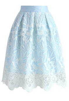 """Saia confeccionada com tecido de cor azul claro sobreposto por renda branca, renda esta que tem continuamente após passa o """"forro"""", cintura costuradas com patronagem de saia escolar um pouco mais larga."""