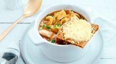 Denne franske løksuppen smaker utmerket med kalkun eller kylling, perfekt om du har resten fra gårsdagens middag. Løksuppen er også veldig godt uten kjøtt.    Har du brød som begynner å bli tørt? Hva med også å lage gratinert brød og ost til.