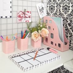 Kit organizador rosa delicado This beautiful and delicate office kit is what you need to make your home office and study desk more than charming. In light pink color it is perfect to leave your femini Study Desk Organization, Home Organisation, Office Kit, Office Decor, Office Inspo, Office Furniture Design, Home Office Design, Light Pink Bedrooms, Home Decor Bedroom