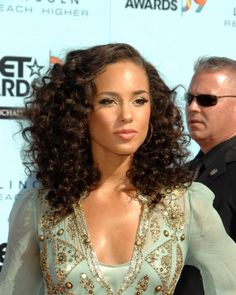 Alicia Keys curls Reader request: Haircuts and styles for naturally curly hair Natural Hair Wedding, Elegant Wedding Hair, Wedding Hair And Makeup, Wedding Updo, Bridal Makeup, Bridal Hair, Braided Bun Hairstyles, Headband Hairstyles, Pretty Hairstyles
