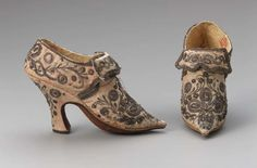 Vintage Shoes Europe - Pair of women's shoes - Silk satin figured, embroidered with metallic thread, metallic galloon, leather and silk lining, and leather sole 18th Century Clothing, 18th Century Fashion, Vintage Shoes, Vintage Outfits, Vintage Fashion, 1930s Fashion, Vintage Purses, Edwardian Fashion, Antique Clothing