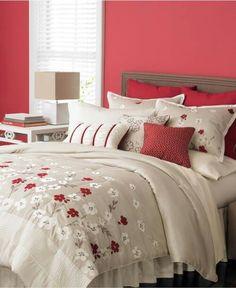 Fris en warm tegelijk; rood gecombineerd met wittinten in de slaapkamer