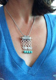 COLAR BOHO CHIC <br> <br>Lindo colar étnico estilo Boho Chic, com detalhes em pedra howlita turquesa