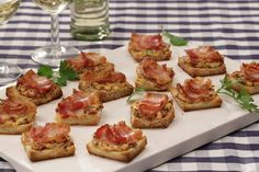 Bacon – Tomato – Cream cheese appetizers, a refined recipe from the category … - Snack Mix Recipes Party Finger Foods, Party Snacks, Appetizers For Party, Fingerfood Party, Canapes Recipes, Snack Recipes, Bacon, Cheese Appetizers, Brunch Party
