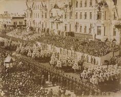 A procissão da coroação de Nicolau II, Imperador da Rússia. Soldados montados estão marchando ao longo de uma estrada, e há grandes multidões para ambos os lados. As pessoas estão reunidas nas varandas dos prédios à direita. A coroação de Nicolau II, Imperador da Rússia teve lugar na Catedral da Assunção em Moscovo Kremlin no 14 de maio de 1896.