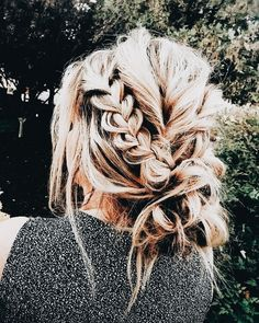 messy + perfect | casual updo, braided updo, low bun, messy bun, hairstyle, hair inspiration, everyday, bayalage, balayage, easy, diy ideas, casual, minimalist, minimalism, minimal, simplistic, simple, modern, contemporary, classic, classy, chic, girly, fun, clean aesthetic, bright, pursue pretty, style, neutral color palette, inspiration, inspirational, diy ideas, fresh, stylish,
