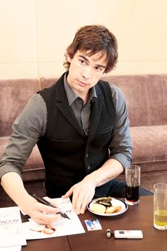 Christopher Gorham- Awesome outfit.