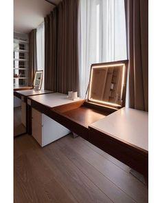A foto é de um apartamento em Moscou, mas você reparou na referência incrível de mesa / penteadeira? -- Siga no Snapchat: ecavalcanti…