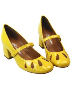 Madcap England women's retro inspired Mary Jane mod shoes in yellow. Featuring sixties style flower petal cut-out to toes and retro block heel. Love Vintage, Vintage Heels, Vintage Style Shoes, Vintage Shoes Women, Suede Shoes, Shoe Boots, Yellow Shoes Heels, 60s Shoes, Bowling Shoes