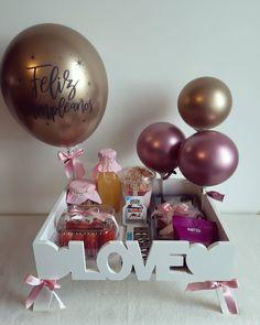 Birthday Basket, Diy Birthday, Birthday Gifts, Birthday Parties, Creative Gift Baskets, Creative Gifts, Birthday Balloon Decorations, Birthday Balloons, Rose Gold Balloons