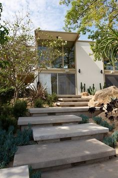 New floating stairs exterior Ideas Front Door Steps, Front Stairs, Entry Stairs, Exterior Stairs, Exterior Front Doors, Outdoor Steps, Outdoor Landscaping, Shade Landscaping, Terrazas Chill Out