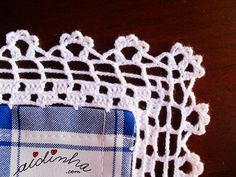 Canto do picô de crochet, da toalha azul e branca