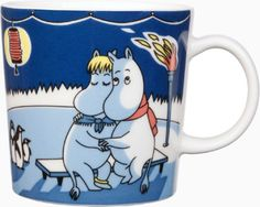 Moomin winter season mug Light Snowfall, features Moomintroll from the book Moominland Midwinter. The design is based on Tove Jansson's original artwork which Tove Slotte has interpreted in this lovely mug. Tove Jansson, Moomin Mugs, Fuzzy Felt, Marimekko, Ceramic Cups, Cute Characters, Stop Motion, Mug Cup, Finland